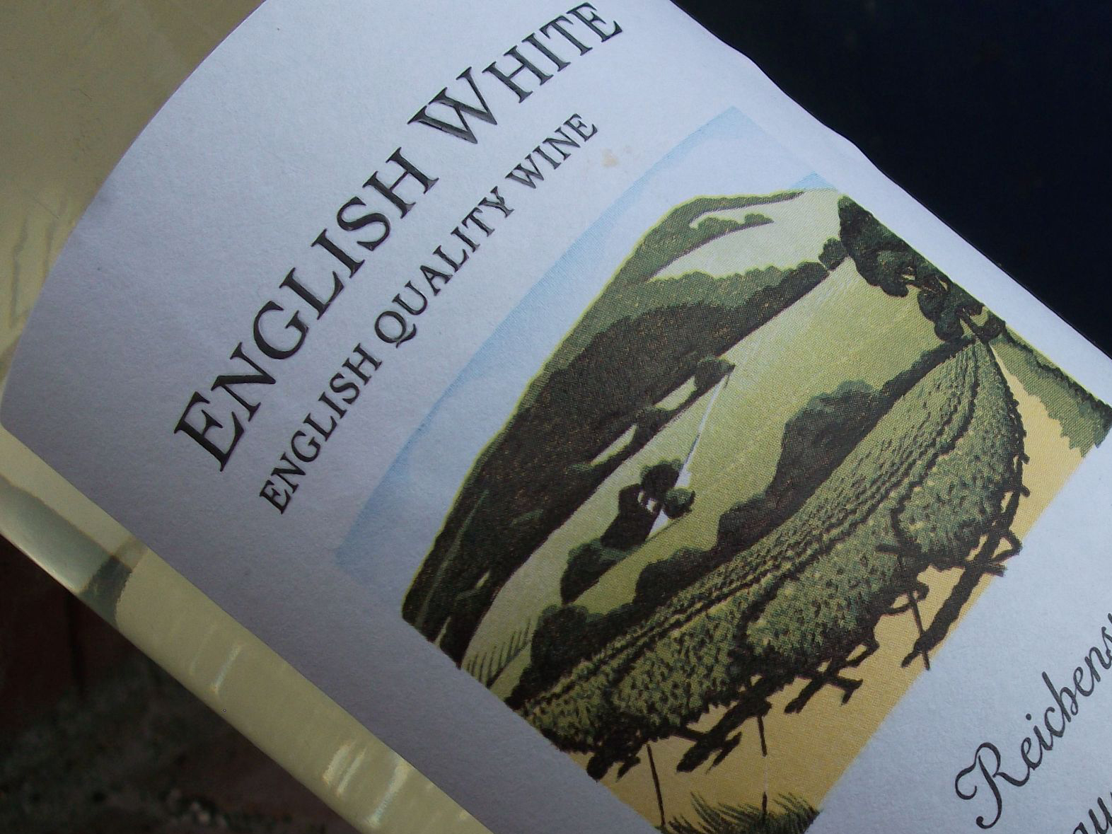 A bottle of English White quality wine discover England's and Wales' vineyards