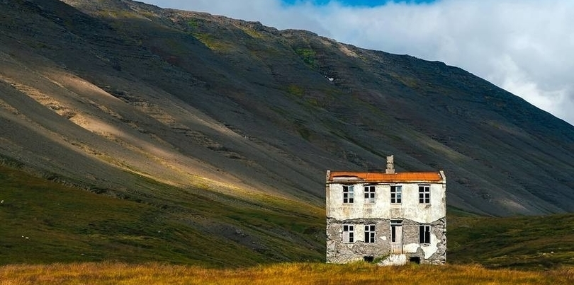 House in the middle of nowhere in Iceland